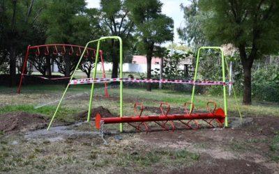 Renovando los juegos en el parque Ángel Vidales